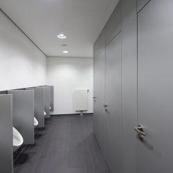 Vegg til tak toalettskillevegger